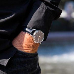Klocka för äldre: trygghetsklocka med larm vid fall eller olycka
