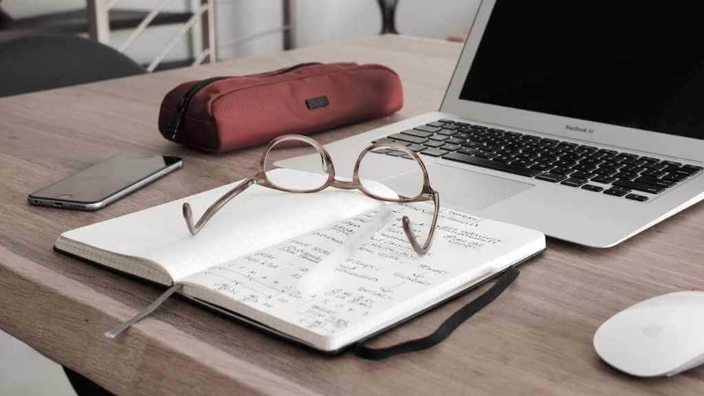 Dator och anteckningar inför ett beslut att ta ett lån