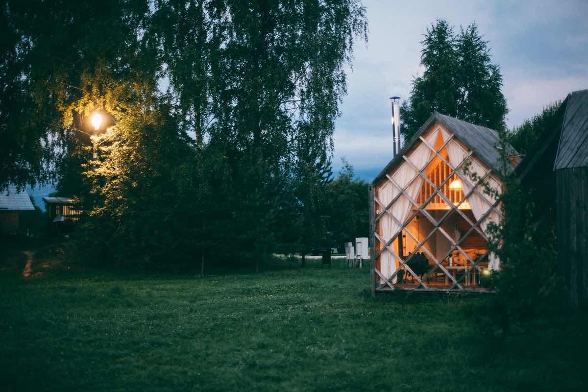 Attefallshus i trädgård