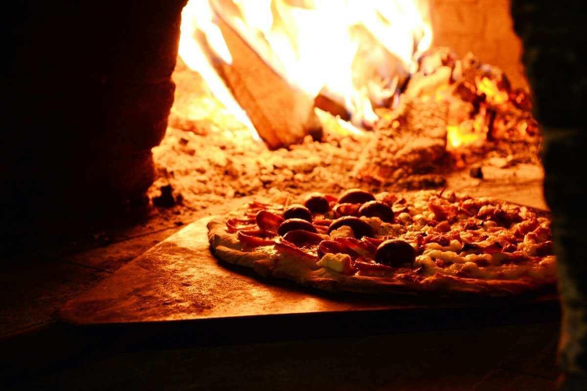 Pizzaugn med pizza i
